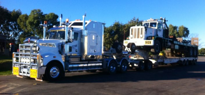 Kenworth T909 carrying rig truck